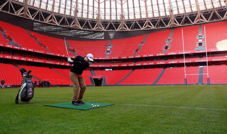 Jon Rahm jugando a golf en San Mamés