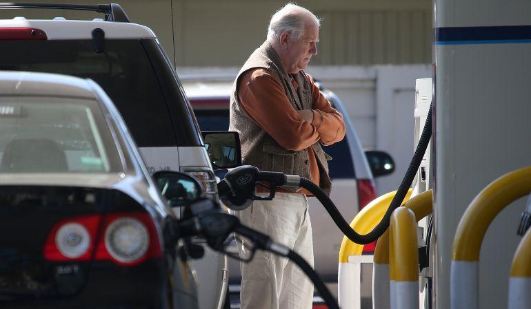 Un hombre espera en una gasolinera.