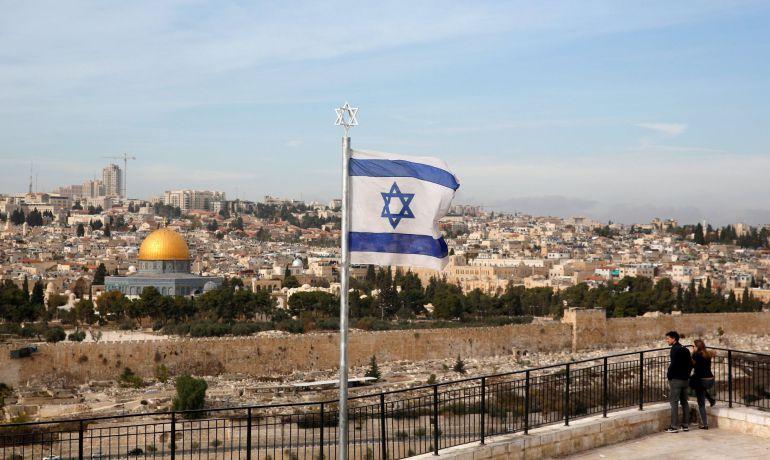 Visitantes observan el antiguo cementerio judío en el Monte de los Olivos en la ciudad vieja de Jerusalén.