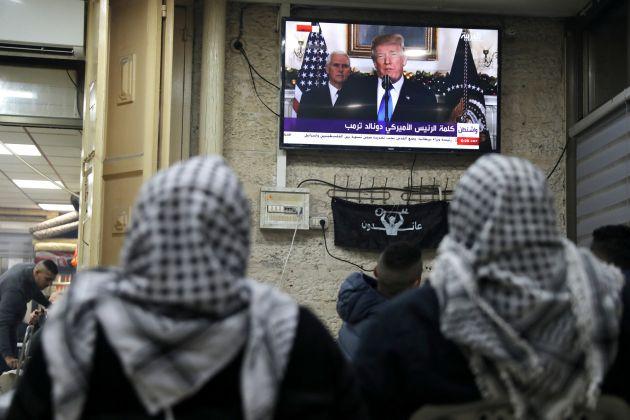Palestinos ven por televisión el discurso de Trump