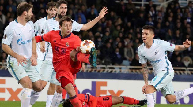 Oyarzabal trata de controlar el balón ante varios jugadores del Zenit