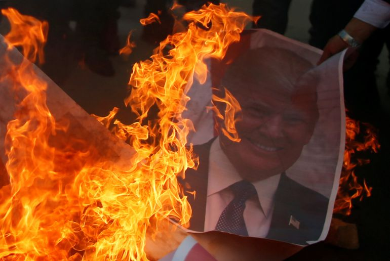 Una imagen del presidente de EEUU es quemada durante las protestas.