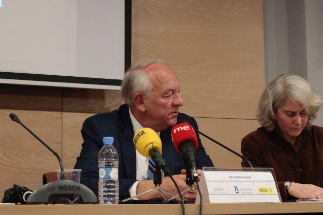 Stephen Rapp en un encuentro en Madrid con Amnistía Internacional y el despacho Guernica37.