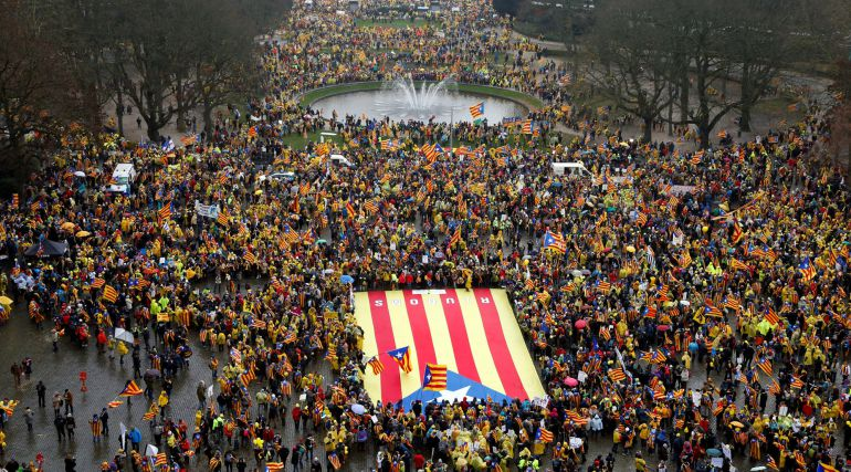 Miles de independentistas se manifiestan en Bruselas con pancartas contra la UE