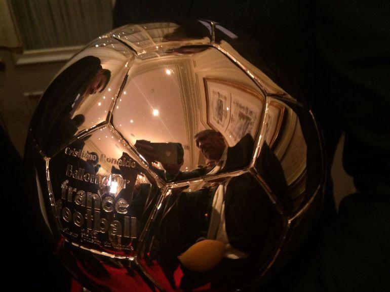 Primer plano del Balón de Oro.