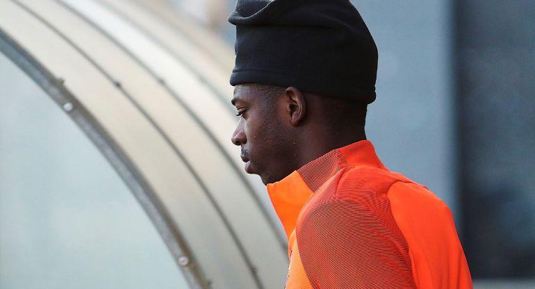 Dembélé entrando en los campos de entrenamiento de la ciudad deportiva del Barça