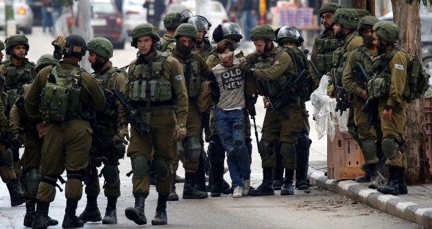El joven durante el arresto.