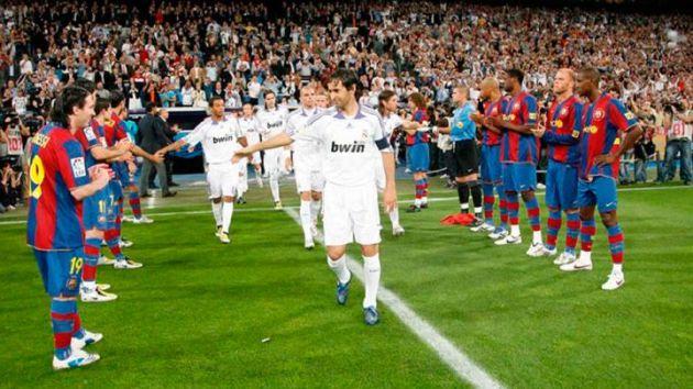 Los jugadores del Barça hacen el pasillo al Madrid en el Bernabéu después de que los blancos hubiesen ganado la Liga en 2008