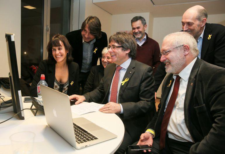 El expresidente de la Generalitat y candidato de Junts per Catalunya, Carles Puigdemont (c), sigue los resultados de las elecciones regionales catalanas