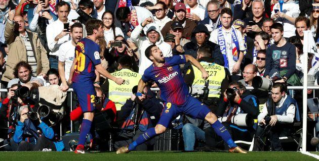 Luis Suárez celebra su gol en el Bernabéu.