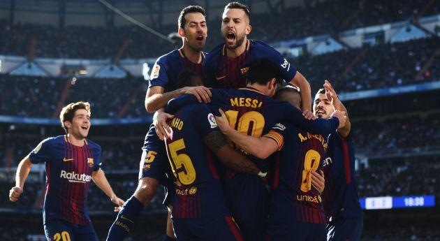 Los jugadores del Barcelona celebran el gol de Messi de penalti.