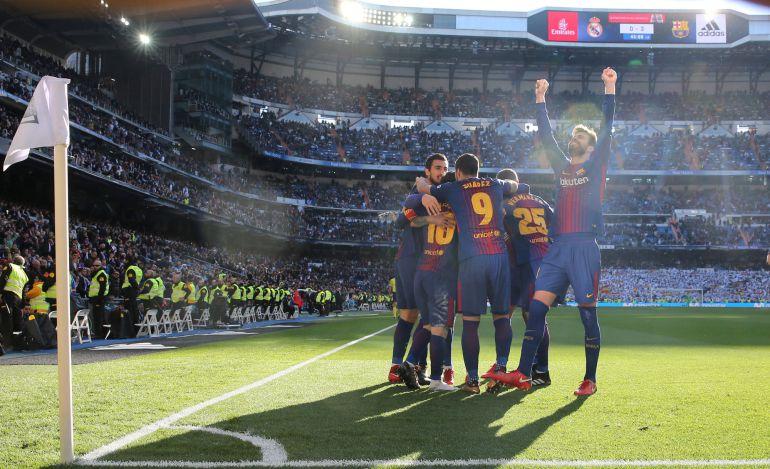 Los jugadores del Barcelona celebran su victoria en el Bernabéu.
