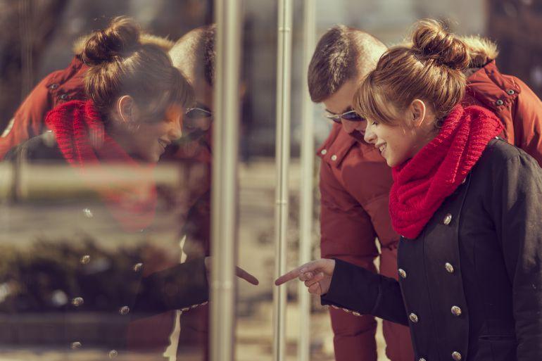 Una chica y un chico observan un escaparate.