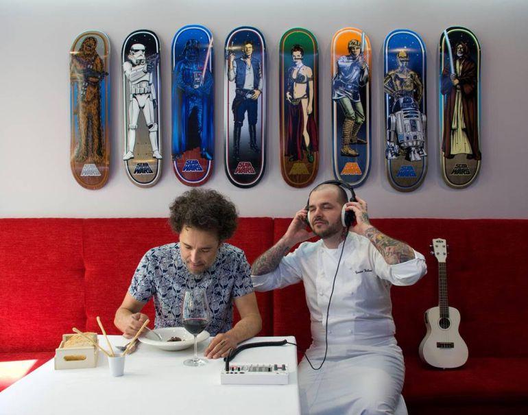 El músico Pecker y el chef Tonino Valeinte, en el Tatau Bistró de Huesca, uno de los cientos de locales que recomendados en 'Bares Indiespensables'.