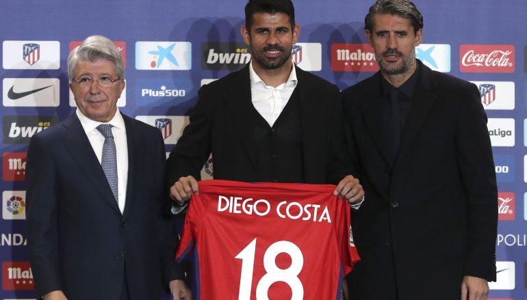El jugador hispano-brasileño Diego Costa, acompañado por el presidente del Atlético de Madrid, Enrique Cerezo, y por el director deportivo del equipo colchonero, José Luis Pérez Caminero.