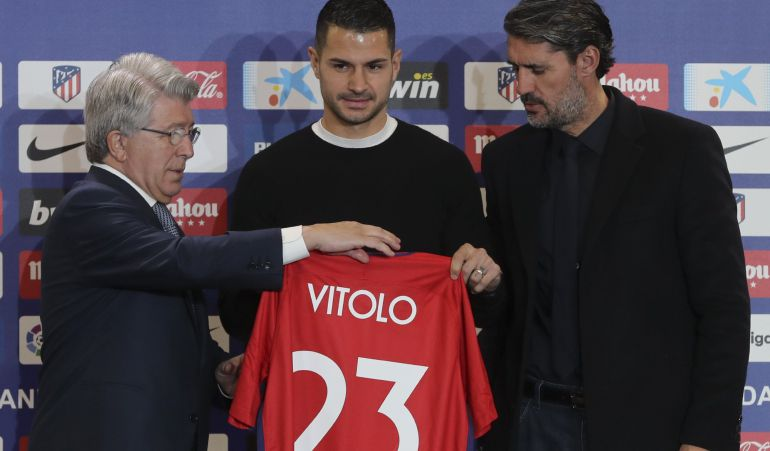 Vitolo, con Enrique Cerezo, Caminero y su nueva camiseta del Atlético de Madrid con el dorsal número 23.