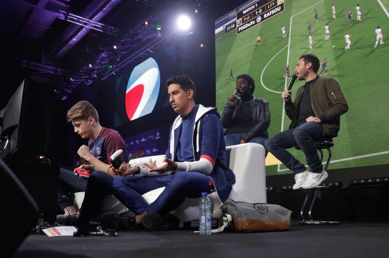 Dos jugadores compiten en un torneo basado en el FIFA 18.