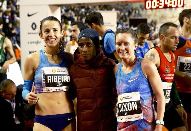 La etíope Gelete Burka (en el centro) junto a Ribeiro y Dixom.