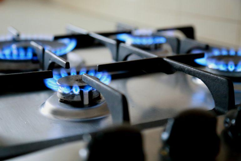 Unos fogones de gas en una cocina