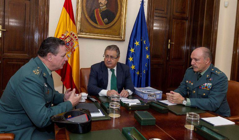 El ministro del Interior, Juan Ignacio Zoido, se ha reunido esta mañana en la sede del Ministerio con el teniente general de la Guardia Civil, Laurentino Ceña y el general jefe de Policía Judicial de la Guardia Civil, Pedro Ortega.