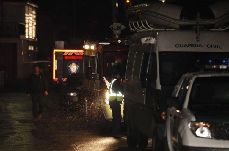 Vehículos de la Guardia Civil y ambulancias custodian una nave industrial en la parroquia de Asados, en Rianxo (A Coruña), donde la Guardia Civil ha localizado el cadáver de Diana Quer