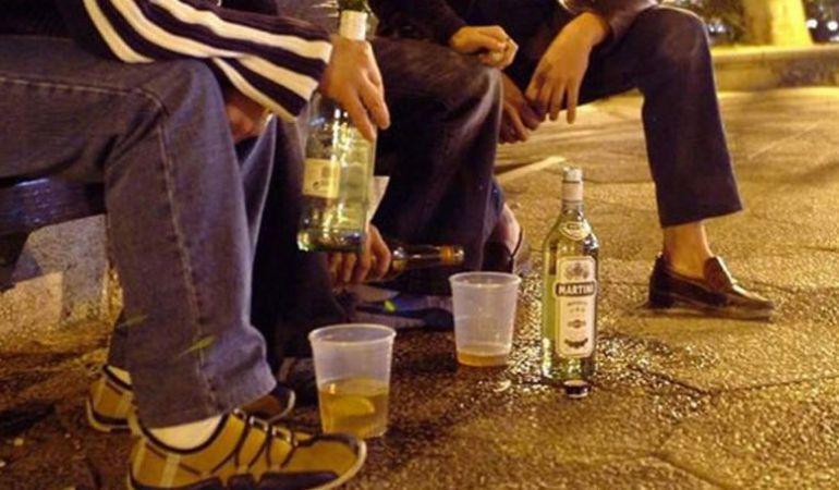 Un grupo de jóvenes consumen bebidas alcohólicas en una plaza de Madrid.