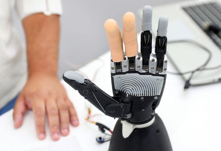 """La primera mano biónica con sentido del tacto y """"portátil"""" dispone de unos sensores que envían al cerebro información sobre si el objeto es blando o duro."""