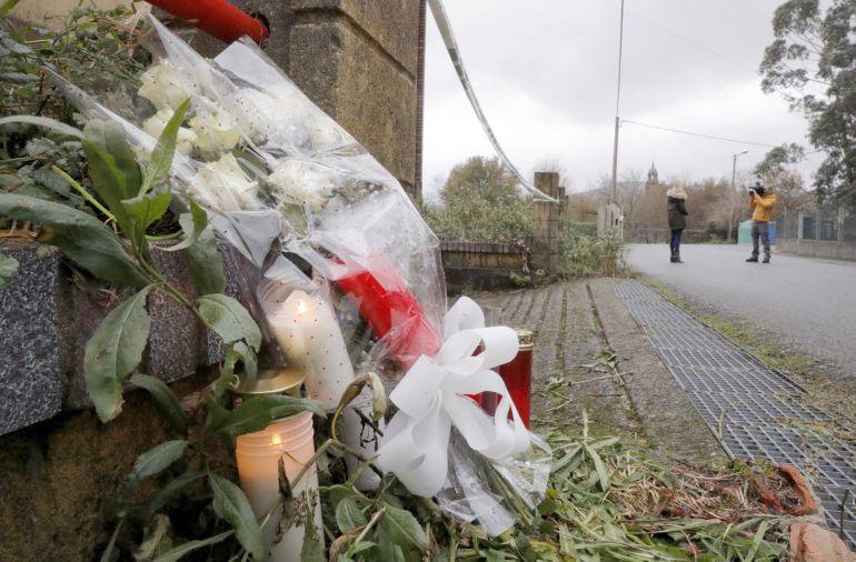 Flores y velas colocadas en la nave industrial de Asados, en Rianxo (A Coruña), donde fue hallado el cadáver de Diana Quer.
