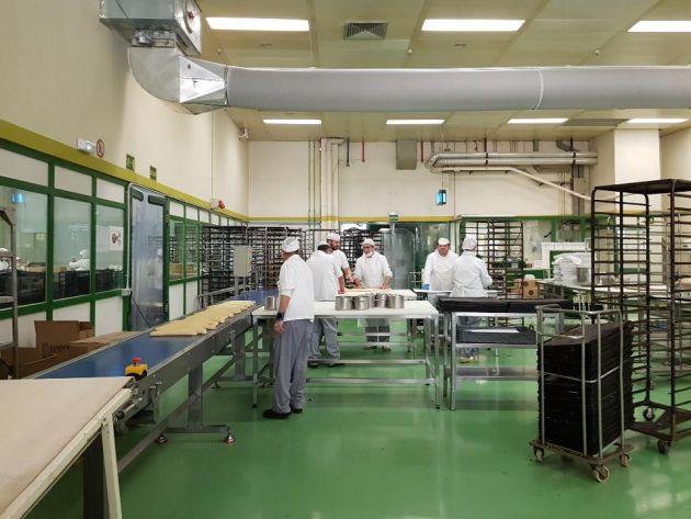 Varios trabajadores amasan los roscones en la planta industrial de El Corte Inglés de Valdemoro (Madrid)