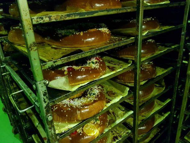 Roscones recien cocidos en la planta industrial de El Corte Inglés en Valdemoro (Madrid)