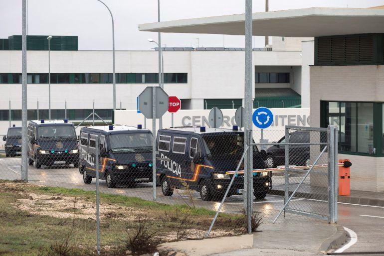 Furgones de la Policía Nacional salen del Centro de Internamiento de Extranjeros (CIE) de Archidona (Málaga)
