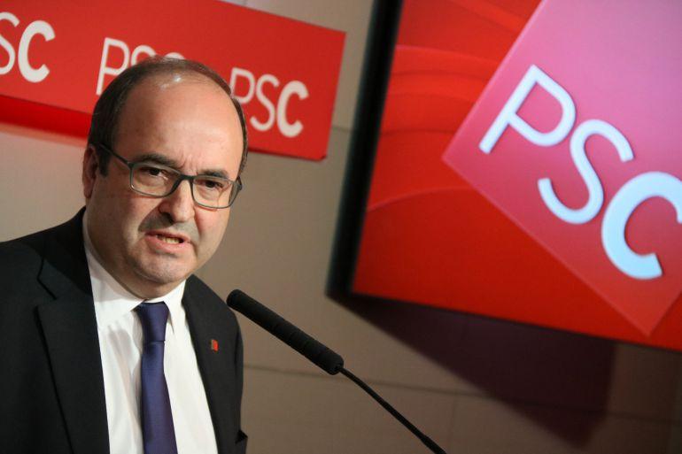 El primer secretario del PSC, Miquel Iceta, con el logo del partido a sus espaldas