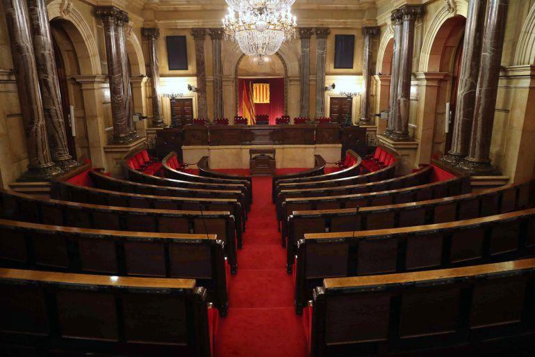 Vista del hemiciclo del Parlament, a una semana de su constitución, mientras los partidos prosiguen los contactos para la configuración de la Mesa del Parlament, con la incógnita de si los soberanistas podrían investir a Carles Puigdemont por la vía telemática, lo que rechazan las fuerzas no independentistas.