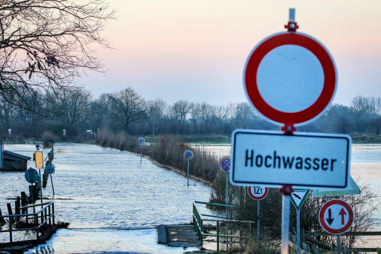 Inundación de una carretera cercana al río Weser, situado al norte  de Alemania. El 9 de enero del 2018 las fuertes lluvias han causado el desborde de ríos en Alemania.