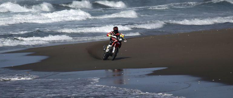 Joan Barreda maneja su moto en la orilla del mar