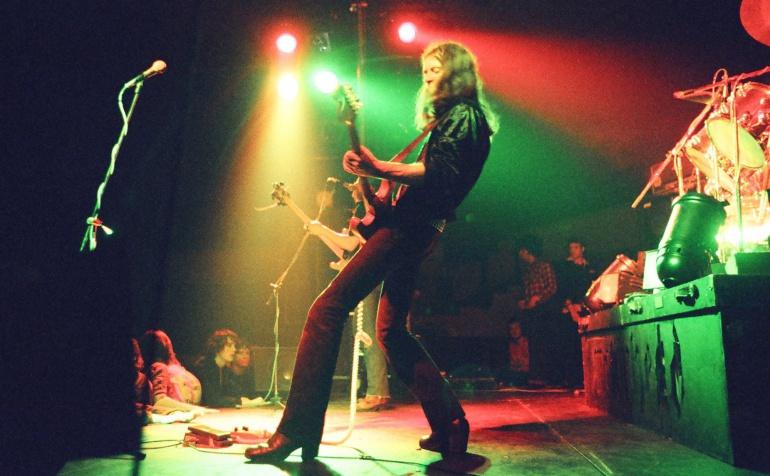 El guitarrista británico Eddie Clarke durante una actuación con la banda