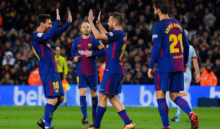 Jordi Alba y Leo Messi festejan uno de los goles ante el Celta