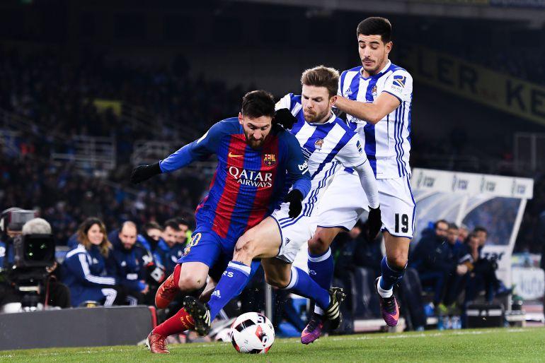 Leo Messi controla el balón ante la mirada de Illarramendi y Yuri