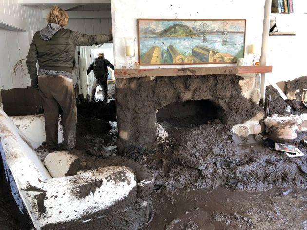 El lodo ha entrado en ceintos de casas de Montecito, California.
