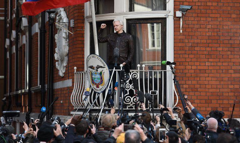 Fotografía de archivo fechada el 19 de mayo de 2017, facilitada hoy, 11 de enero de 2018, que muestra al fundador de WikiLeaks, Julian Assange (c), en la embajada ecuatoriana en Londres, Reino Unido