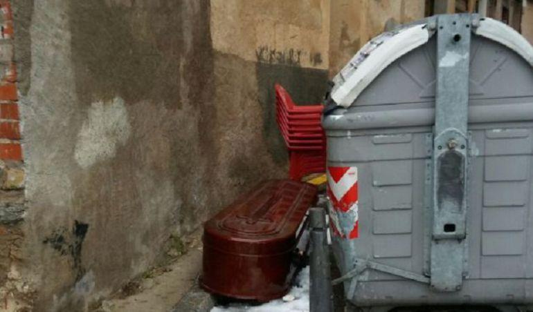 El féretro apareció junto al contenedor.