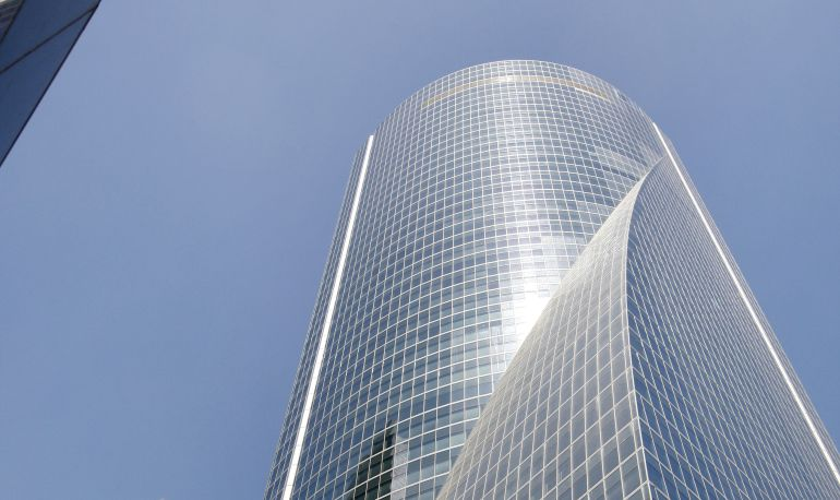 Vista exterior de la Torre Espacio del Paseo de la Castellana de Madrid, donde se encuentra la sede de varias empresa del grupo Villar Mir