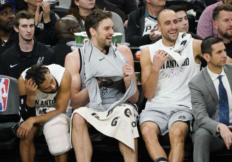 Ginóbili y Pau Gasol sonríen en el banquillo de los Spurs