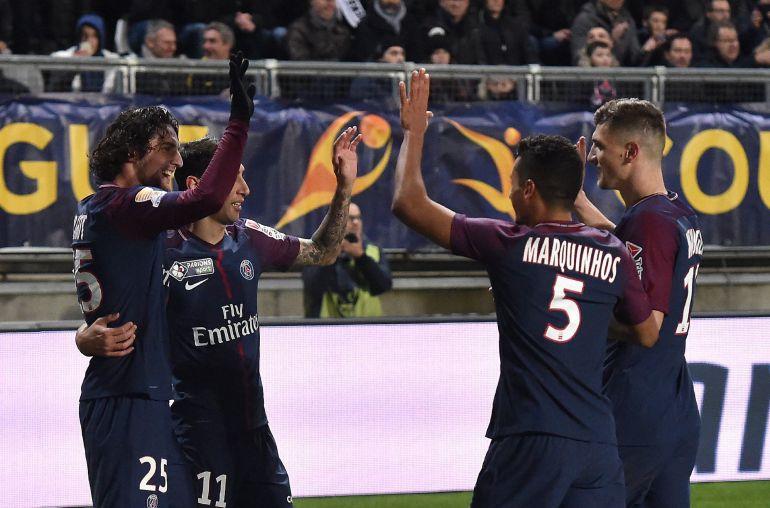 Los jugadores del París Saint Germain celebrando el gol durante el partido de cuartos de final de la Copa de la Liga Francesa ante el SC Amiens