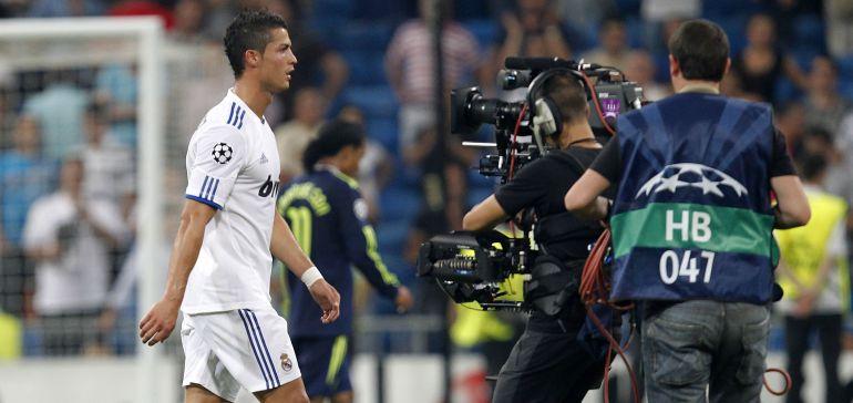 Un cámara sigue a Cristiano al término de un partido de la Champions League.