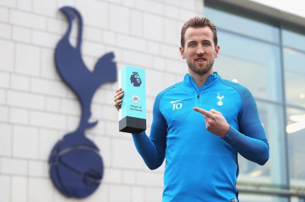 Kane posa con el premio al mejor de diciembre