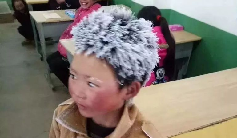 El niño llegó a clase completamente congelado.