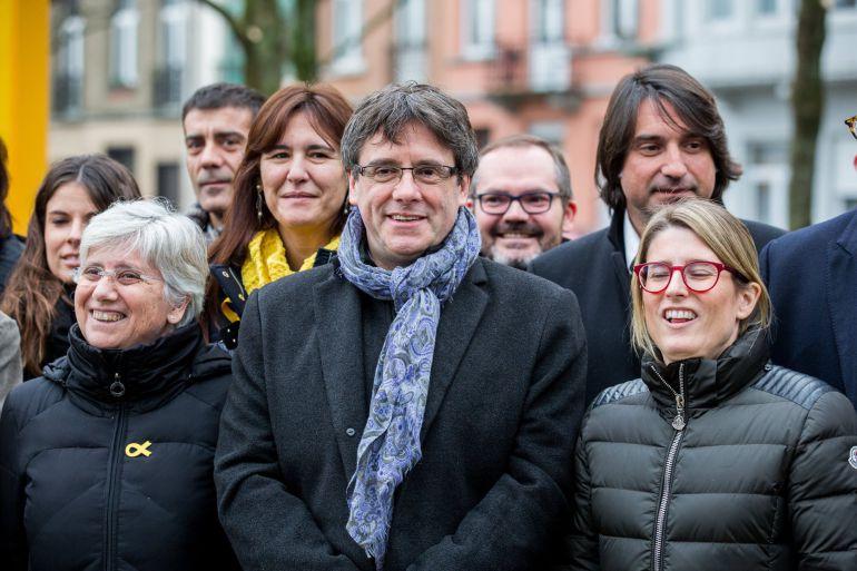 El expresidente catalán Carles Puigdemont (c) posa en una foto de familia junto a la directora de campaña de Junts per Catalunya (JxCat), Elsa Artadi (d), entre otros, en Bruselas