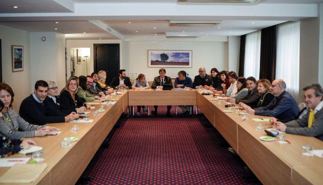El expresidente catalán Carles Puigdemont (c) , durante la reunión con una delegación formada por el grupo parlamentario de JxCat de 25 diputados, en Bruselas
