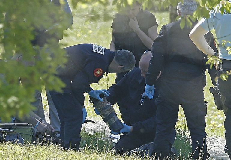 La policía francesa observa las armas encontradas en uno de los zulos en Saint Pee sur Nivelle, en una imagen de archivo